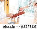 女性 カフェ 注文の写真 49827386