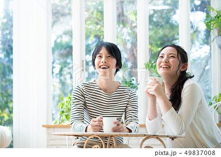 カップル カフェ コーヒー 飲む 49837008