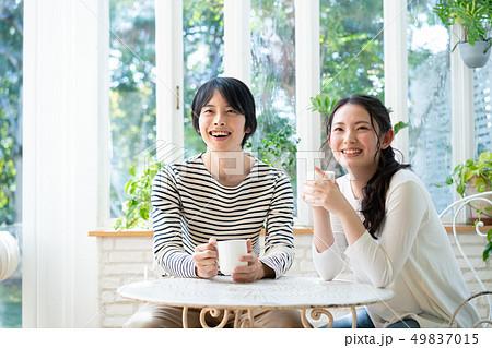 カップル カフェ コーヒー 飲む 49837015
