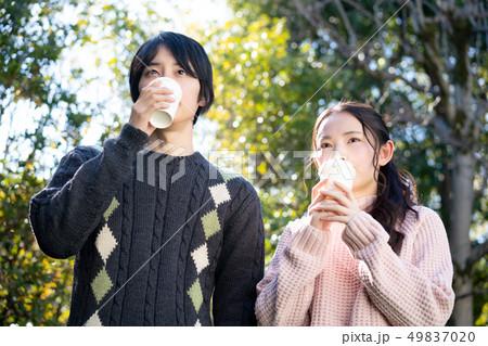 カップル 恋人 若い コーヒー セーター  49837020