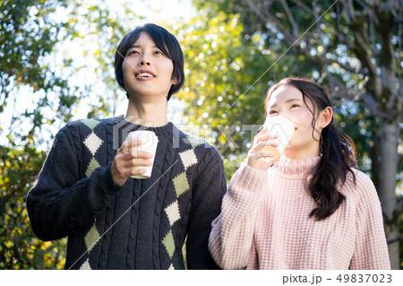 カップル 恋人 若い コーヒー セーター  49837023