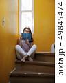 階段に座る若い女性 リラックス 読書 49845474