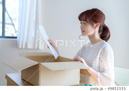 女性 ライフスタイル 荷物 49852555