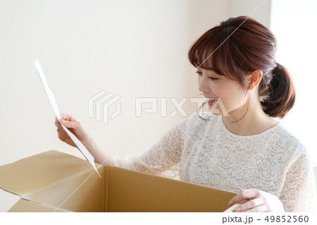 女性 ライフスタイル 荷物 49852560