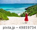 海へ続く道を歩く女性 49859734