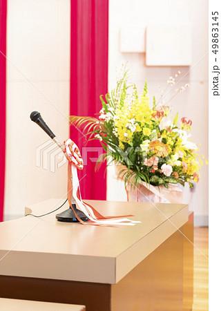 卒業式 会場(演台 マイク 壇上花 校名なしバーション) 49863145