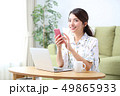 リビング パソコン 女性の写真 49865933