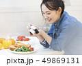 女性 カメラ 料理の写真 49869131