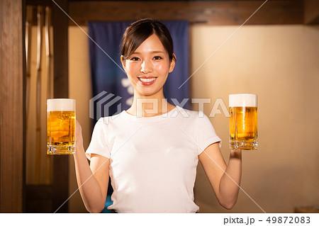 居酒屋でアルバイトする女の子 49872083
