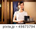 居酒屋でアルバイトする女の子 49873794