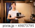 居酒屋でアルバイトする女の子 49873795