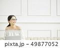 女性 インターネット ノートパソコンの写真 49877052
