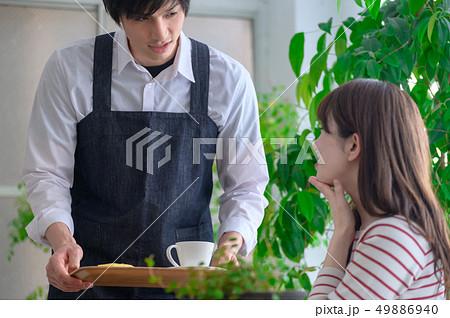 男性カフェ店員と女性客 49886940