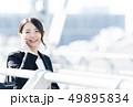 女性 スマートフォン ビジネスウーマンの写真 49895834