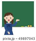 黒板の前にいる学生 女子 49897043