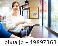 カフェでアルバイトする女の子 49897363