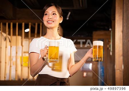 居酒屋でアルバイトする女の子 49897396