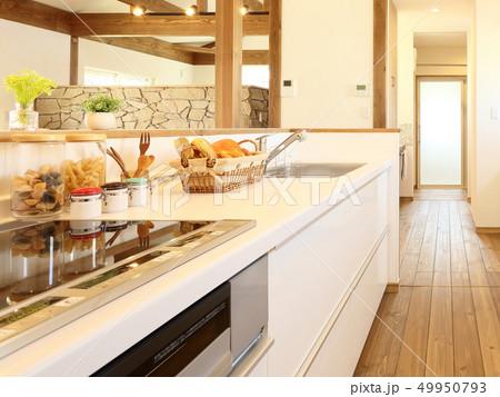 ペット同居型デザイナーズ住宅のお洒落なキッチン 49950793