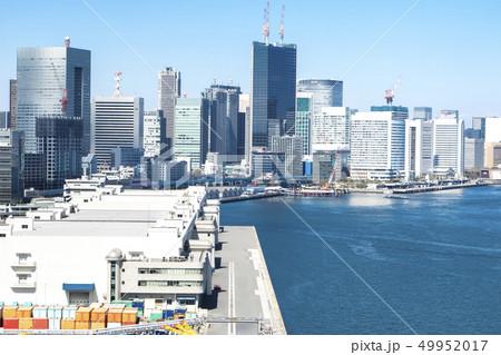 コンテナの並ぶ港のある都市風景 49952017