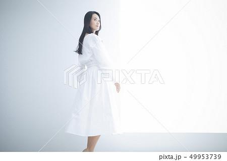 白いワンピースの女性 49953739