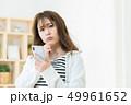 スマホを使う女性  インターネット  女の子  ライフスタイル 女性ポートレート 49961652