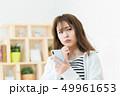 スマホを使う女性  インターネット  女の子  ライフスタイル 女性ポートレート 49961653