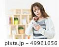 スマホを使う女性  インターネット  女の子  ライフスタイル 女性ポートレート 49961656