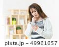 スマホを使う女性  インターネット  女の子  ライフスタイル 女性ポートレート 49961657
