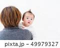 赤ちゃん 抱っこ 女の子 49979327