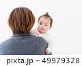 赤ちゃん 抱っこ 女の子 49979328