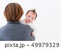 赤ちゃん 抱っこ 女の子 49979329