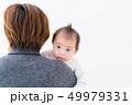 赤ちゃん 抱っこ 女の子 49979331