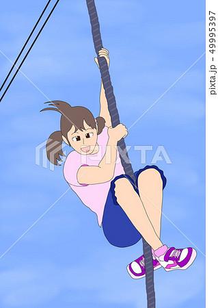 ターザンロープで遊ぶ女の子(青空) 49995397
