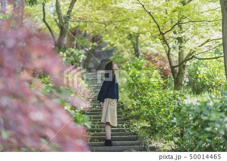 公園で遊ぶ女性 50014465
