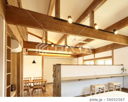 ペット同居型デザイナーズ住宅のお洒落な寝室 50032567