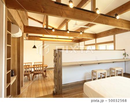 ペット同居型デザイナーズ住宅のお洒落な寝室 50032568