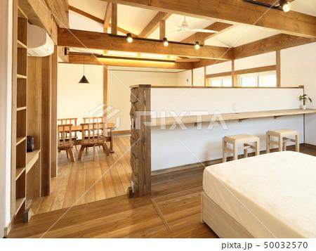 ペット同居型デザイナーズ住宅のお洒落な寝室 50032570