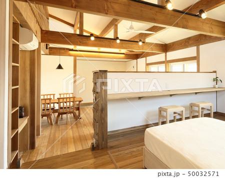 ペット同居型デザイナーズ住宅のお洒落な寝室 50032571