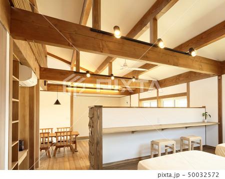 ペット同居型デザイナーズ住宅のお洒落な寝室 50032572