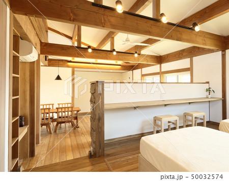 ペット同居型デザイナーズ住宅のお洒落な寝室 50032574