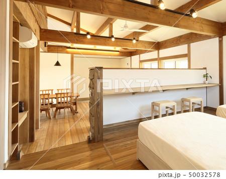 ペット同居型デザイナーズ住宅のお洒落な寝室 50032578