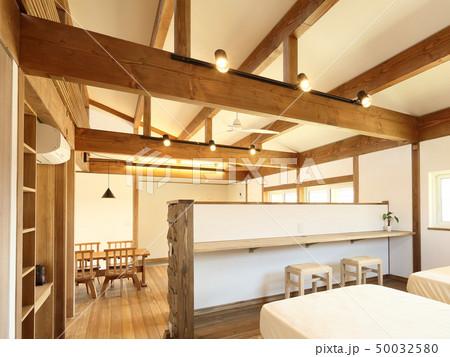 ペット同居型デザイナーズ住宅のお洒落な寝室 50032580