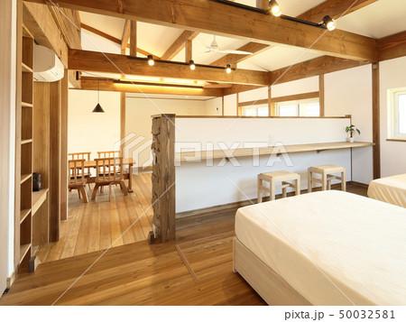 ペット同居型デザイナーズ住宅のお洒落な寝室 50032581