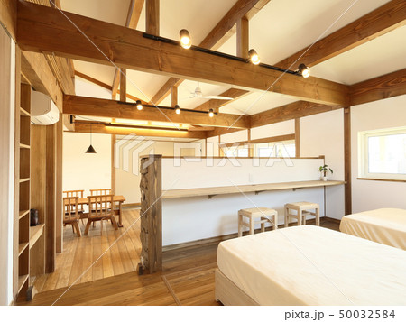 ペット同居型デザイナーズ住宅のお洒落な寝室 50032584