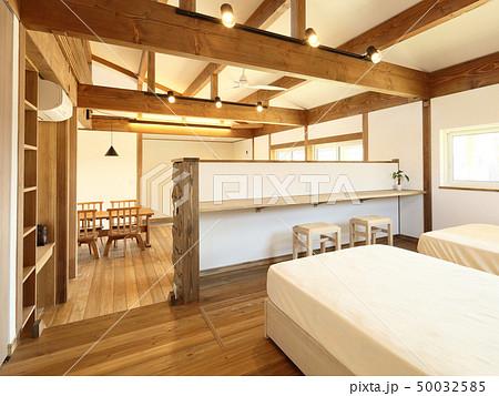 ペット同居型デザイナーズ住宅のお洒落な寝室 50032585