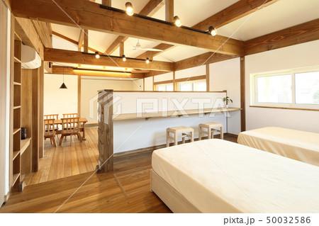 ペット同居型デザイナーズ住宅のお洒落な寝室 50032586