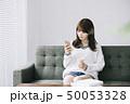 女性 アジア人 ソファーの写真 50053328