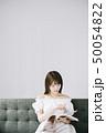 女性 ポートレート 本の写真 50054822