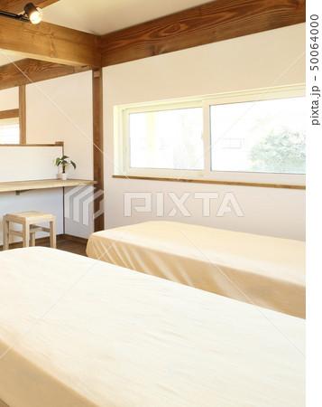 ペット同居型デザイナーズ住宅のお洒落な寝室 50064000