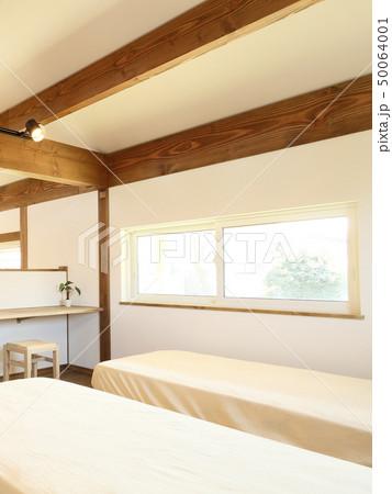 ペット同居型デザイナーズ住宅のお洒落な寝室 50064001